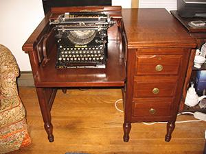 図6-1-15:タイプライター用机