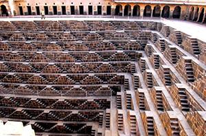 図4-8-17:チャンドバオリの階段井戸